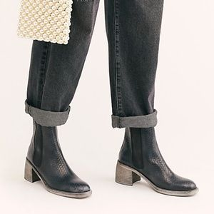 •FREE PEOPLE• Essential Chelsea Boots